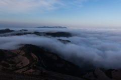 Na manhã, uma boa cobertura das nuvens em meus pés fotos de stock royalty free