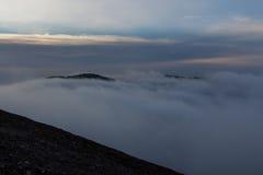 Na manhã, uma boa cobertura das nuvens em meus pés foto de stock