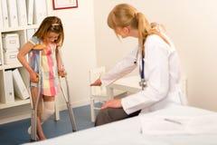 Na menina do pediatra com muletas Foto de Stock Royalty Free