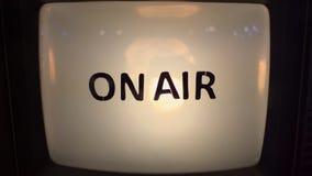 Na mensagem do ar no fim retro da televisão do vintage velho acima vídeos de arquivo