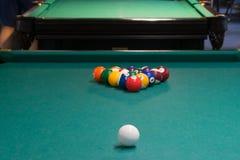 na mesa de bilhar verde, o começo do jogo, as bolas é alinhado em uma pirâmide para bater fotografia de stock