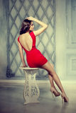 Na moda magro, luxuoso, mulher da forma no interior do vintage do lux Fotografia de Stock Royalty Free