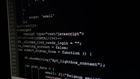 Na monitoru inicjale kody wchodzić do Źródło kod tekst program komputerowy zdjęcie wideo