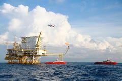 Na morzu budowy platforma dla produkci ropa i gaz Ropa i gaz przemysł i ciężka praca Produkci operacja i platforma Zdjęcie Stock