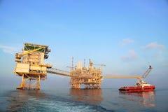 Na morzu budowy platforma dla produkci ropa i gaz Ropa i gaz przemysł i ciężka praca Produkci operacja i platforma Obraz Stock