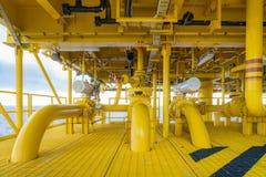Na morzu drymba, podnośnik, sealine na ropa i gaz wellhead centrum dalekiej platformie i środkowa łatwość łączyć, gazy i ropę naf zdjęcia stock