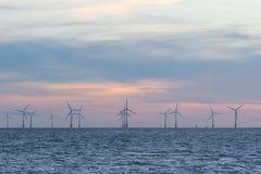Na morzu farm wiatrowych turbiny na dennym horyzoncie z pięknym pastelowym niebem zdjęcie royalty free