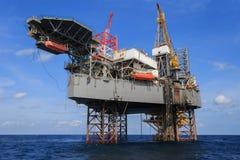 Na morzu Jack Up Wiertniczy takielunek Nad produkci platformą Fotografia Stock