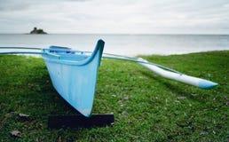 Na morzu mały błękitny łódkowaty rybak Zdjęcie Royalty Free