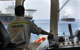 Na morzu naczynie capten manewru naczynie przy morzem Zdjęcia Stock