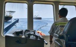 Na morzu naczynie capten manewru naczynie przy morzem Obrazy Stock