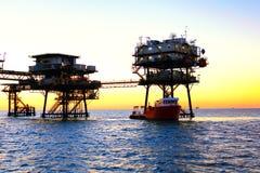 Na morzu platforma wiertnicza zdjęcie royalty free