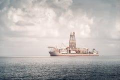 Na morzu, pociąga, dostawy lub dragowania naczynie, Denny wybrzeże Limassol, Cypr obraz royalty free