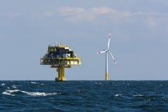 Na morzu podstacja i silnik wiatrowy Obrazy Royalty Free
