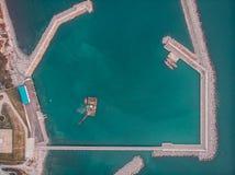 Na morzu przemysłowa platforma lub wierza z dennym badawczym centrum, wierzchołkiem lub widokiem z lotu ptaka żurawia lub nauki, zdjęcia royalty free