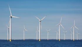 Na morzu rolni windturbines blisko holendera wybrzeża Zdjęcia Royalty Free