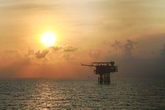 Na morzu ropa i gaz produkci i eksploraci biznes Produkci ropa i gaz roślina i magistrali budowy platforma w morzu Obrazy Royalty Free