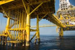 Na morzu ropa i gaz produkci i eksploraci biznes Produkci ropa i gaz roślina i magistrali budowy platforma w morzu Zdjęcie Stock
