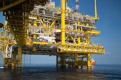 Na morzu ropa i gaz produkci i eksploraci biznes Produkci ropa i gaz roślina i magistrali budowy platforma w morzu Zdjęcia Royalty Free