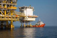 Na morzu ropa i gaz produkci i eksploraci biznes Produkci ropa i gaz roślina i magistrali budowy platforma w morzu Obraz Stock