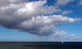 Na morzu wiatrowy gospodarstwo rolne z chmurą Fotografia Royalty Free