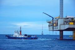 Na morzu wieża wiertnicza w wczesnym poranku Fotografia Stock
