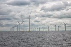 Na morzu windfarm blisko holendera wybrzeża z chmurnym niebem Obraz Royalty Free