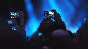 Na multidão em um concerto da música do ar livre filme