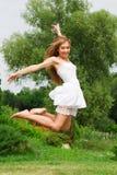 Na naturze skokowa dziewczyna zdjęcie stock