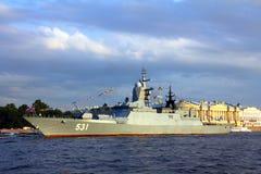 Na Neva Rzece militarny statek - dzień Marynarka wojenna Zdjęcia Royalty Free
