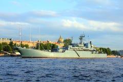 Na Neva Rzece militarny statek - dzień Marynarka wojenna Zdjęcie Stock