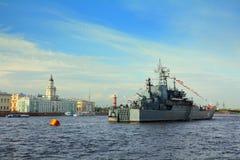 Na Neva Rzece militarny statek - dzień Marynarka wojenna Obraz Stock