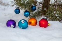 Na neve branca Bola-decorações da cor foto de stock
