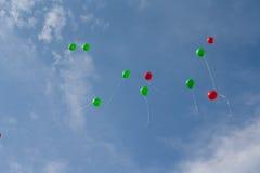 Na niebie barwioni balony Zdjęcia Stock