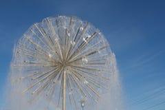 Na niebieskim niebie bańczasta fontanna Fotografia Royalty Free