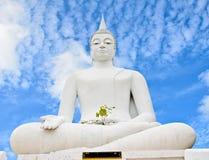 Na niebieskim niebie Buddha biały statua Fotografia Royalty Free