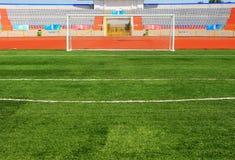 Na niebieskim niebie Fotball stadium piłkarski Fotografia Stock
