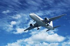 Na niebieskim niebie pasażerski lotniczy samolot zdjęcia stock