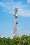 Na niebieskim niebie telekomunikaci wierza Obraz Royalty Free