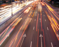 Na noc autostradzie lekcy samochodów ślada Zdjęcia Royalty Free