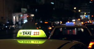 Na noite em carros indo de uma estrada ocupada e no verificador visto close-up do táxi filme