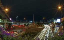 Na noite Victory Monument em Banguecoque, Tailândia Fotografia de Stock