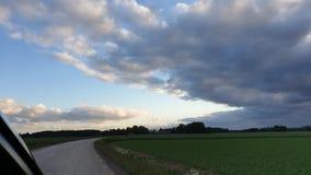 Na nuvem da estrada que olha fotografia de stock royalty free