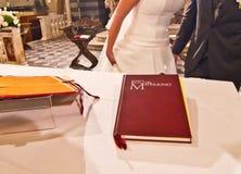 Na ołtarzu ślubna książka wita młode pary małżeńskie zdjęcia stock