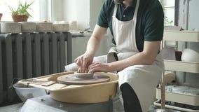 Na oficina da cerâmica o artesão faz um jarro em uma roda do ` s do oleiro filme