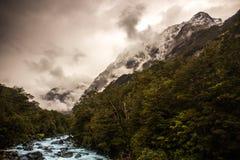Na onweer in vallei op de gletsjerberg Royalty-vrije Stock Afbeeldingen