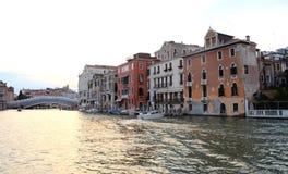 Na opinião da água em um barco em um dos canais dentro em Veneza Venezia Itália imediatamente antes do por do sol Foto de Stock Royalty Free