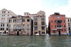 Na opinião da água em um barco em um dos canais dentro em Veneza Venezia Itália imediatamente antes do por do sol Fotos de Stock Royalty Free