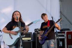 Na otwartej scenie festiwal są muzycy w zespole rockowym, Darida Obrazy Stock