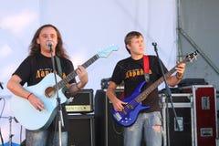 Na otwartej scenie festiwal są muzycy w zespole rockowym, Darida Zdjęcie Royalty Free